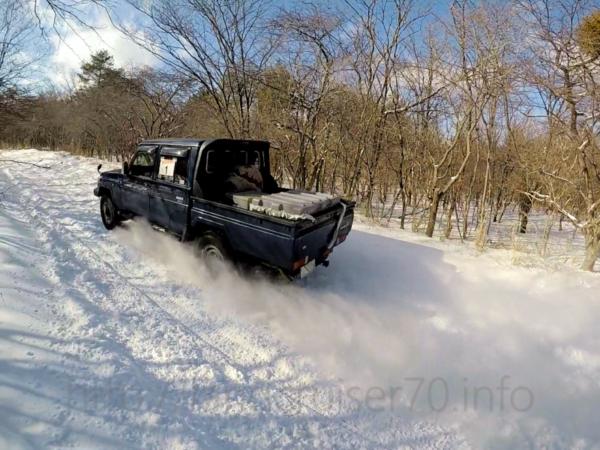 雪の上を疾走するランクル70ピックアップ