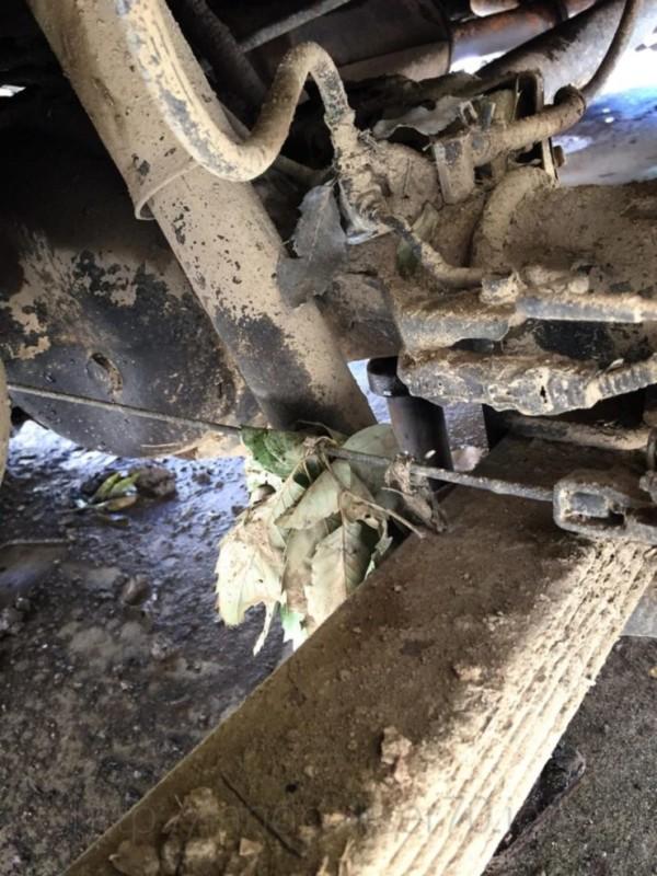 ランクル70の泥で汚れた足回り