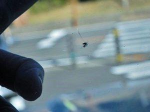 ランクル70の窓に飛び石