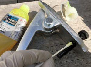 タイロッドエンドプーラーにグリスを塗る