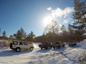 ランクル70が4台雪道で連なる風景