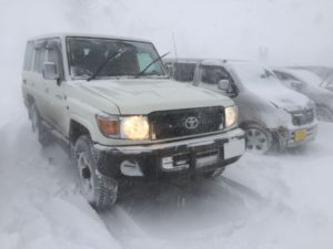 吹雪の中のランクル70