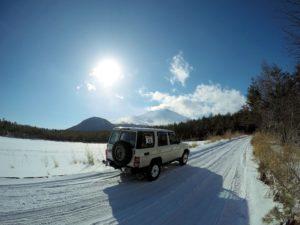 浅間山と雪とランクル70バン