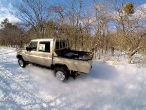 雪の上を爆走するランクル70ピックアップ