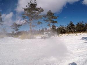 雪の白煙を上げるランクル70