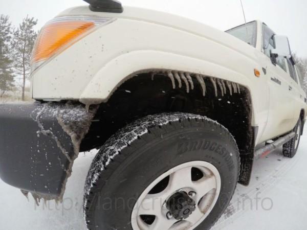 吹雪の中でツララが生えたランクル70