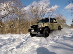 雪道を走るランクル70ピックアップ