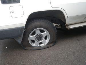 ランクル70右リヤタイヤのバースト・ホイール破損・マッドガード破損