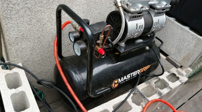 エアコンプレッサーでランクル70のタイヤ空気圧調整