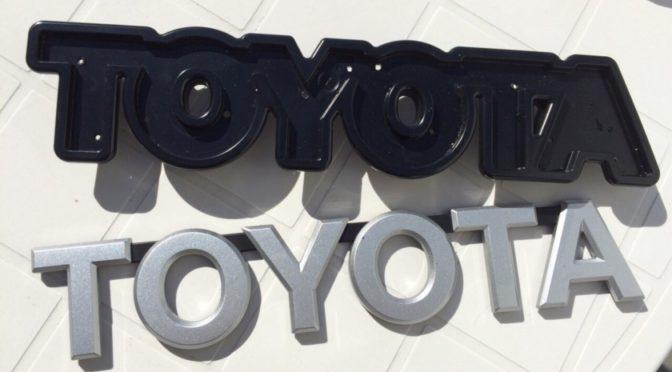 オプションフロントグリルのTOYOTAをホワイト塗装